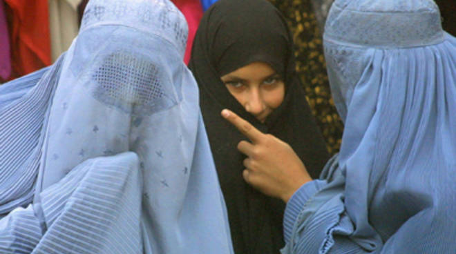 Alcune donne indossano il burqa