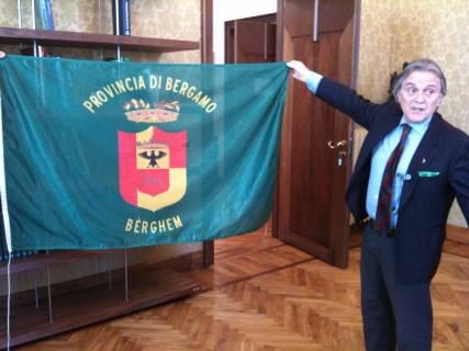 Pirovano mostra le bandiere