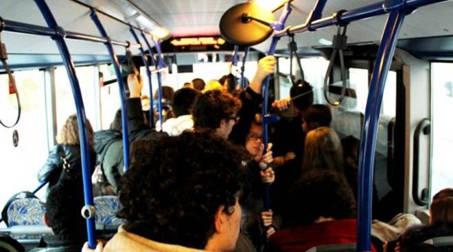 Un altro studente travolto e ferito alla fermata del bus: secondo caso in dieci giorni
