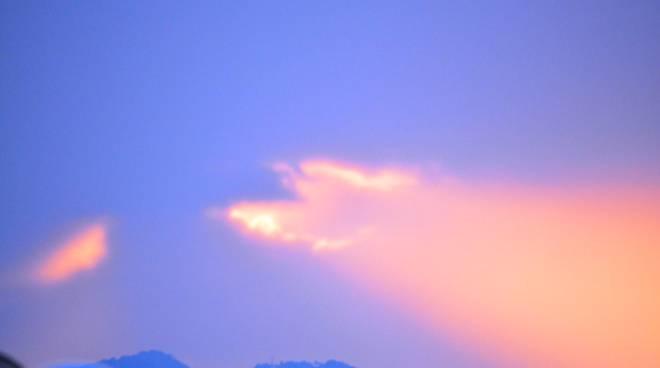 Temporale, il solelotta con le nuvole