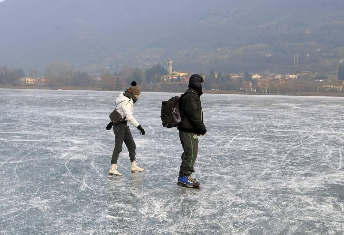 Endine, coi pattini sul lago ghiacciato