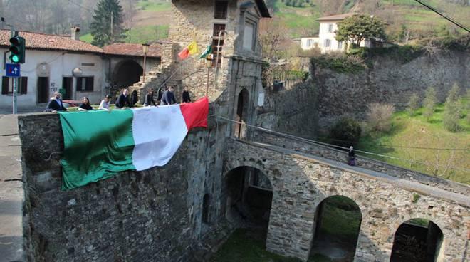 La bandiera tricolore a Porta Garibaldi