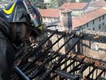 Vigile del fuoco a Pedrengo sul tetto distrutto di villa Sottocasa