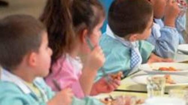 Alcuni scolari in una mensa
