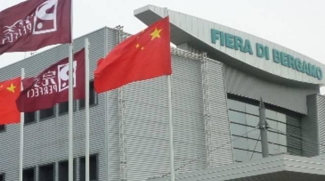 L'immancabile bandiera cinese sventola sulla sede della Fiera di Bergamo