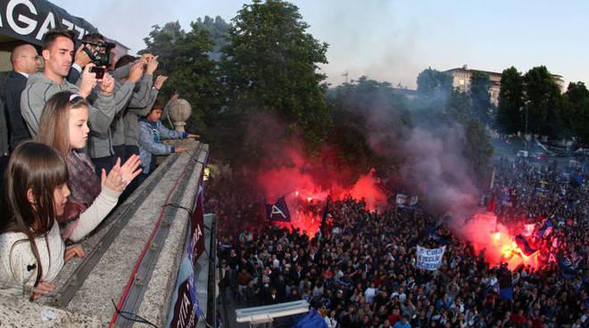 Un immagine della grande festa che mercoledì ha colorato di nerazzurro il centro di Bergamo