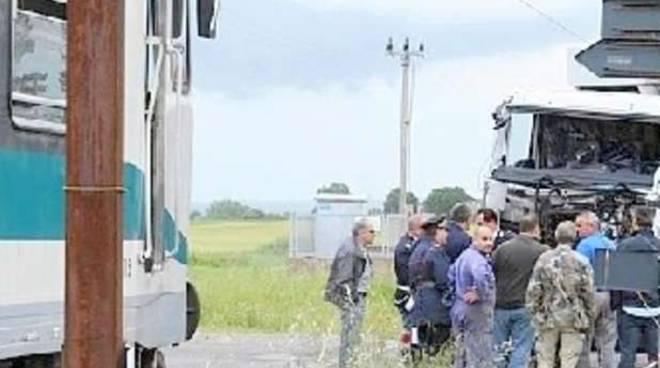 Scontro tra treno e camion a Brescia