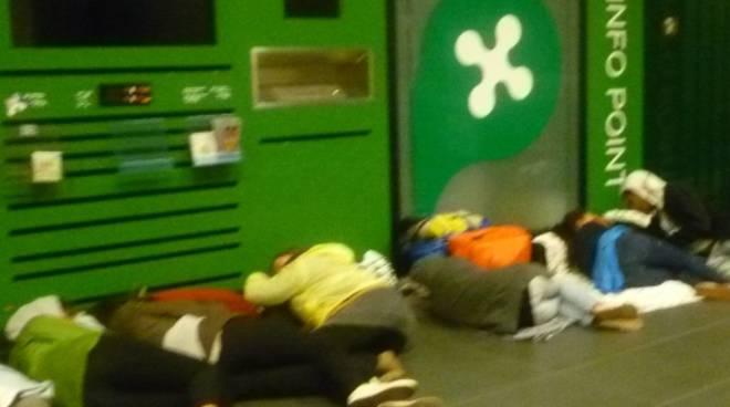 Alcuni passeggeri che dormono a terra