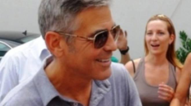 Clooney in mezzo alle sue fans