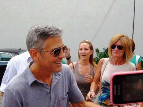 George Clooney saluta i fans a Sarnico