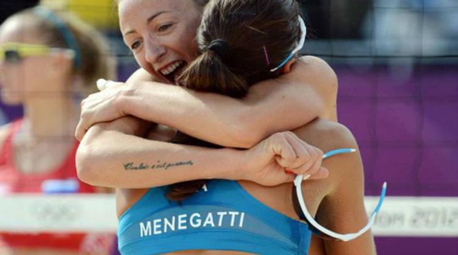 L'abbraccio di Cicolari a Menegatti dopo la vittoria di martedì sera