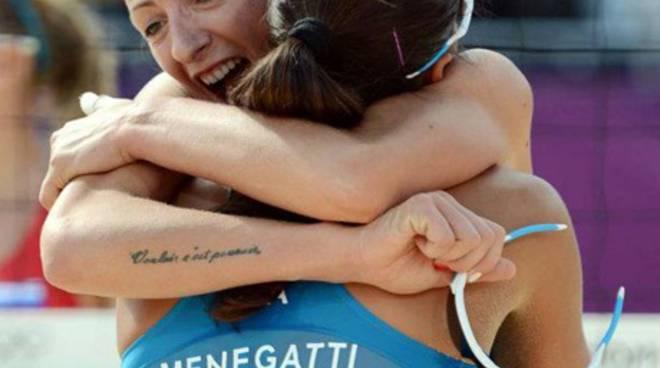 Greta Cicolari abbraccia la compagna Marta Menegatti