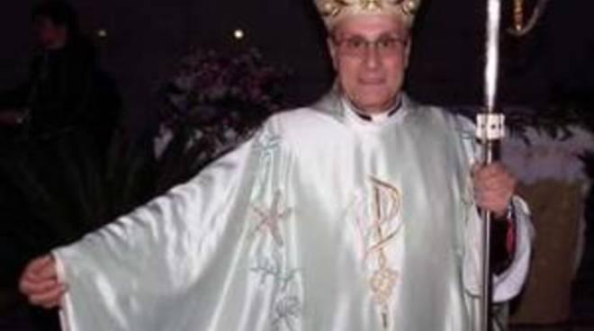 Il vescovo di Pantelleria vestito Armani