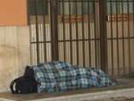Un senzatetto alla stazione di Bergamo