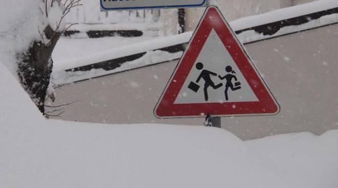 Neve, scuole aperte