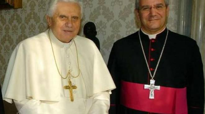 Benedetto XVI con monsignor Francesco Beschi, vescovo di Bergamo