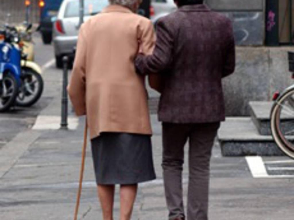 Una badante con un'anziana