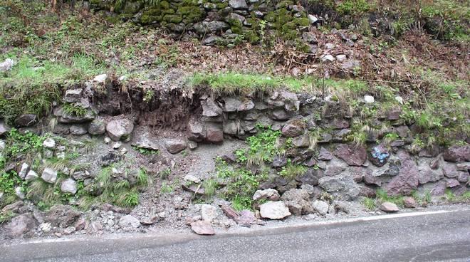 Troppa pioggia: crolla il muro in contrada Grini