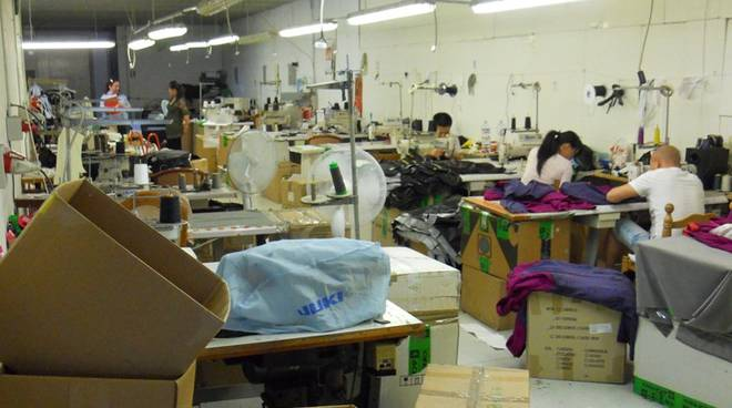 Laboratorio (con dormitorio) a Bergamo: 6 cinesi senza ...
