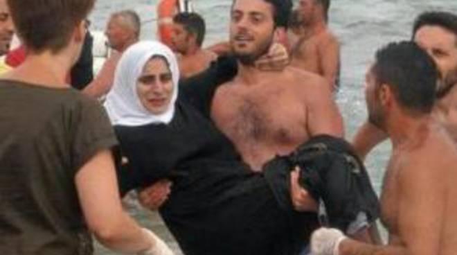 A Siracusa i bagnanti salvano 160  profughi