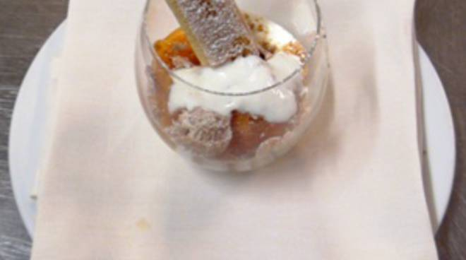 Caco gratinato con salsa allo yogurt e amaretti