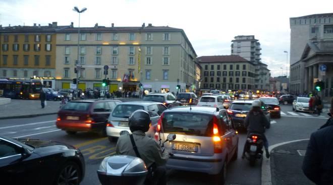 Mercatanti, folla in centro, traffico bloccato