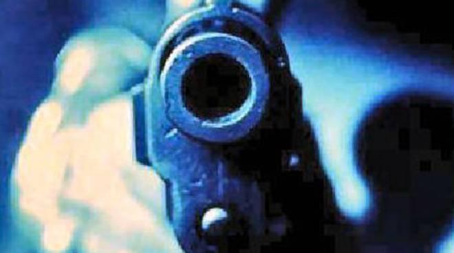 Pistola puntata ad un cliente preso come ostaggio
