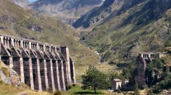 I resti della diga del Gleno sono ancora visibili in Valle del Gleno