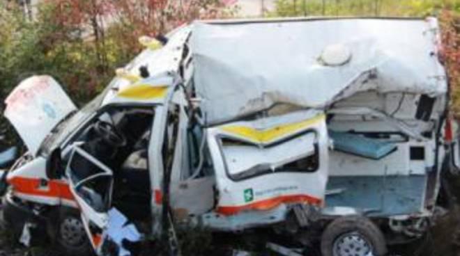 L'ambulanza distrutta dopo lo schianto