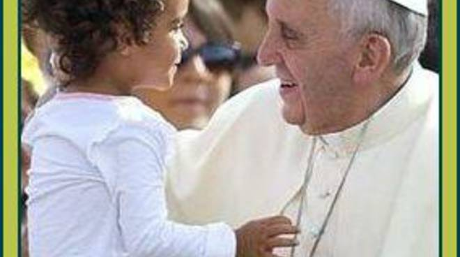 Papa Francesco con una bambina in braccio