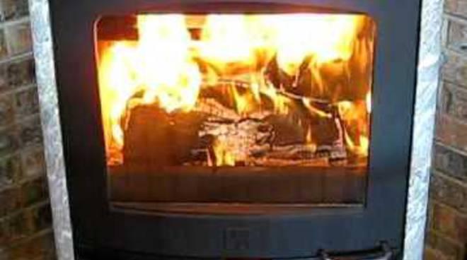 caro metano, quanto costi si torna a stufe e camini import legna, è