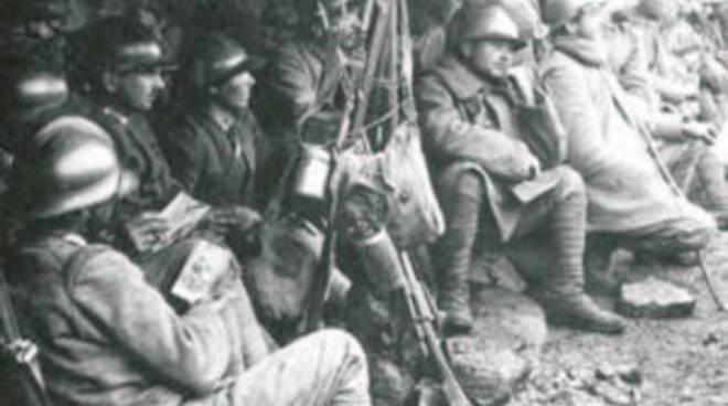 Uomini in trincea durante la prima Guerra Mondiale