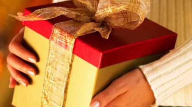 Natale, caccia al regalo utile, di qualità e low cost