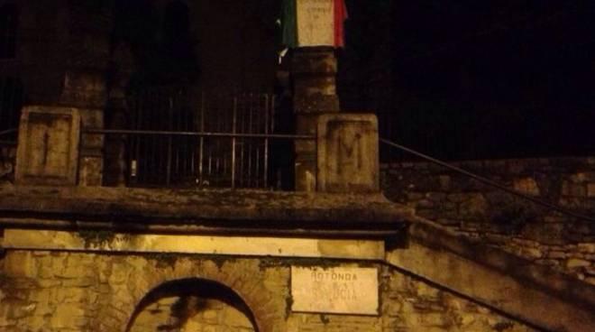 La bandiera lasciata dal Coordinamento 9 dicembre sotto casa del sindaco Tentorio