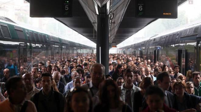 Trasporti, altro lunedì nero: treno delle 7.23 per Milano soppresso, pendolari infuriati
