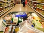 Tempo di tagli per gli italiani che fanno la spesa