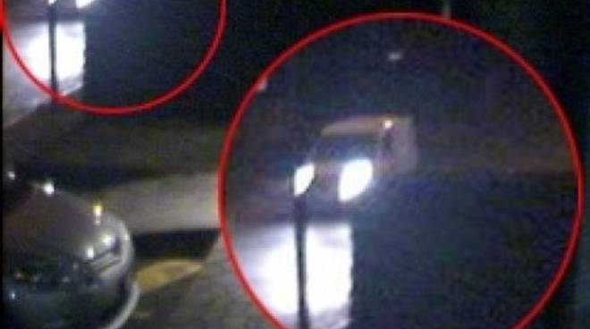 Il furgone bianco ripreso dalle telecamere