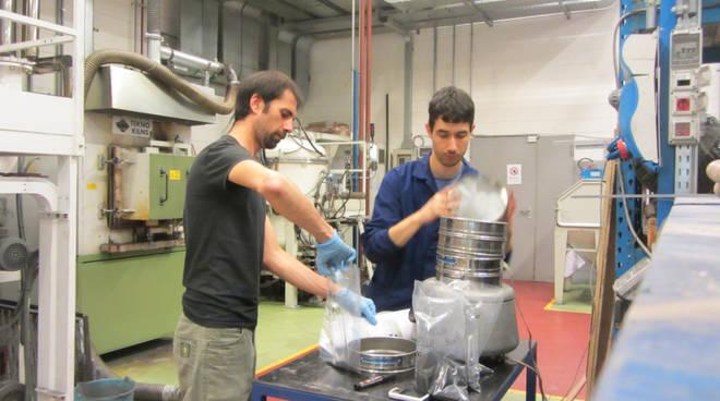 Simone Longaretti nei laboratori del Kilometro Roso
