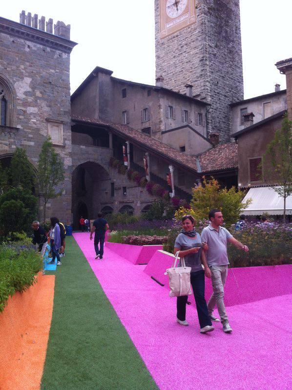 Un giardino di colori in piazza vecchia bergamonews for Trasforma un semplice terreno in un colorato giardino