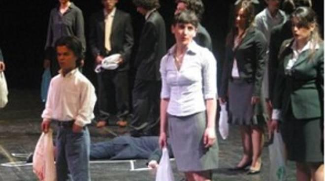 Gli interpreti di un corso di teatro
