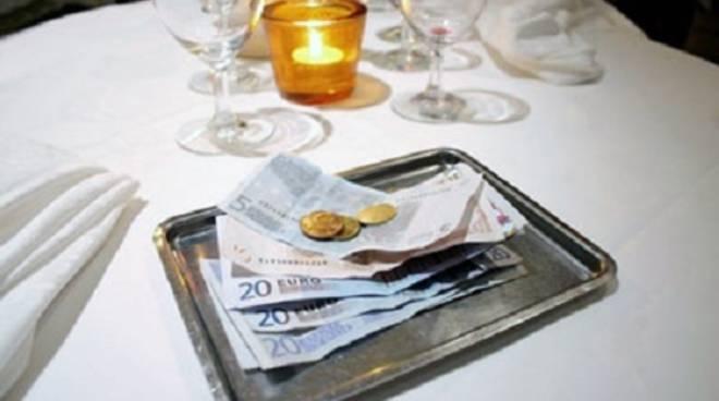 Sesso per soldi al ristorante - Inculata in bagno ...