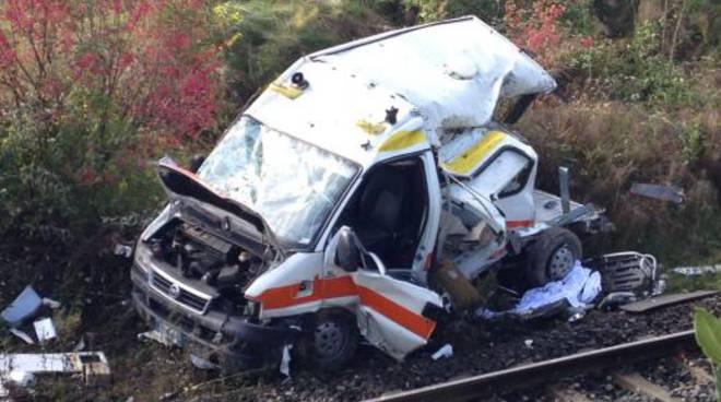 L'ambulanza distrutta dal treno