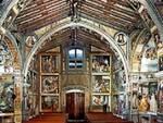 L'interno affrescato della chiesetta di San Bernardino di Lallio.