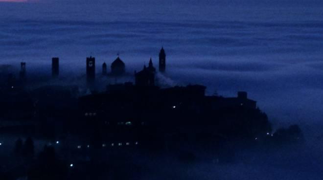 Bergamo immersa nella nebbia