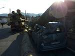 Cisano, camion perde tronchi in strada