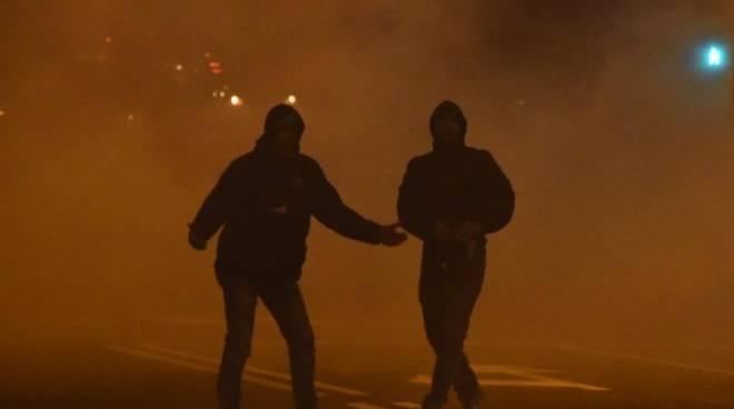 Post Atalanta-Roma, gli ultrà attaccano la polizia