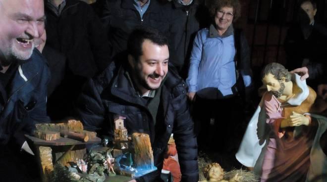 Salvini porta il presepe a Bergamo
