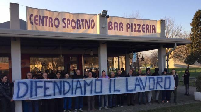 La protesta dei lavoratori al centro di aggregazione di Gorle