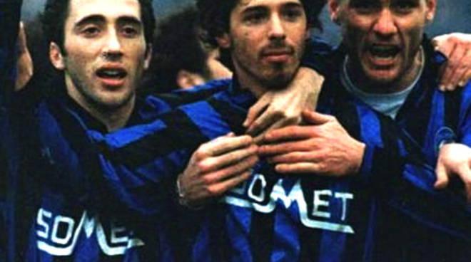 Federico Pisani festeggiato dopo un gol da Vieri e Morfeo