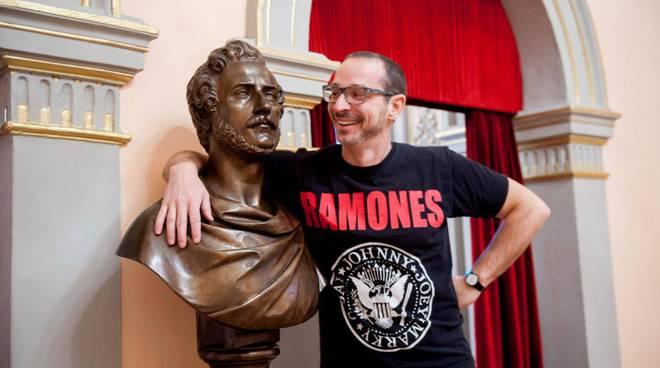 Micheli con la maglietta dei Ramones